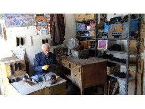 55 yıldır ayakkabı boyayarak evini geçindiriyor