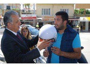 Silifke'de motosiklet sürücülerine kask dağıtıldı