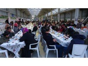 Gençler bir araya gelip bin kişiye iftar verdi