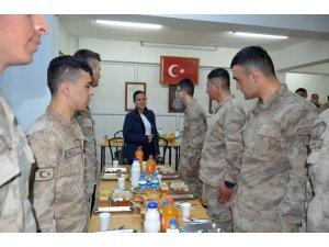 Kaymakam Özdemir, Mehmetçikle iftar yaptı