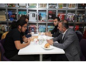 Sincan Belediye Başkanı Murat Ercan, gençlerle iftar yaptı