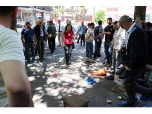 Diyarbakır'da vahşet, silahla ağır yaraladıkları adamı tekmelediler