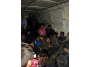 İstanbul'da kamyonette 32 kaçak göçmen yakalandı