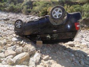 Yoldan çıkan otomobil dereye uçtu, sürücü yaralandığı için değil şok yaşadığı için hastaneye kaldırıldı
