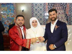 Başkan Arı, genç çiftlerin mutluluklarına ortak oldu