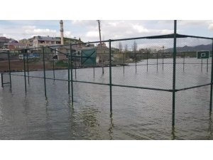 Baraj taştı, parklar su altında kaldı