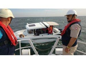Büyükçekmece'de içindeki 3 kişiyle sürüklenen tekne kurtarıldı