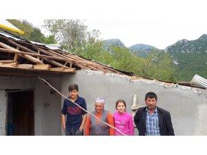 Fırtınada evlerinin çatısı uçan aile yardım bekliyor