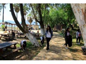 Toplum gönüllüleri sahili temizledi