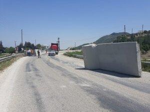 Sınıra götürülen duvar perdeler karayolunda devrildi