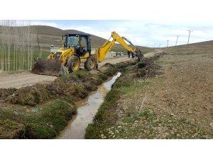 Gürpınar Belediyesinden sulama kanalı temizliği