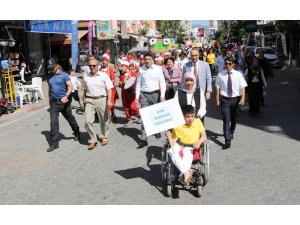 Engelli öğrenciler farkındalık için yürüdü