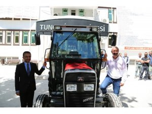 Komünist başkana traktör hediye etti