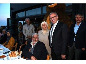 Vali Karaoğlu kimsesiz çocuklar ve yaşlılarla iftar yaptı