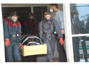 Bolu'da, evinde ölü bulunan yaşlı kadın, özel kıyafetlerle cenaze aracına taşındı
