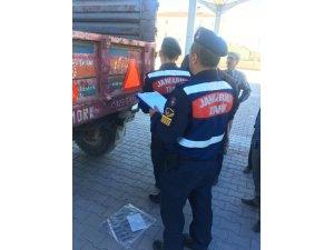 Jandarma Konaklı'da çiftçilerin römorklarına reflektör taktı