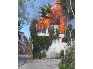Beypazarı'nda ahşap bina alev alev yandı