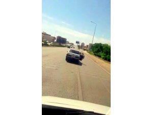 Trafikte cam yerine arka kapıyı açarak serinledi