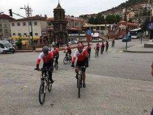 Samsun'a Giden Bisikletçiler Tosya'da Mola Verdi