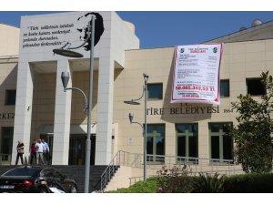 Belediyenin borçlarını pankartla duyurdu