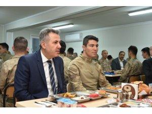 Vali Elban, Doğubayazıt'ta askerle iftarda buluştu