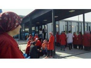 Maaşlarını alamayan fabrika işçileri grev yapıyor
