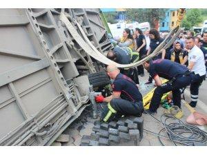 Devrilen halk otobüsünün altında kalan yaralıyı itfaiye kurtardı