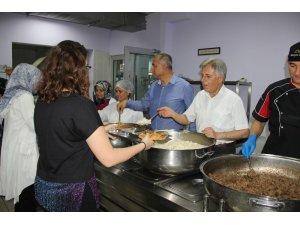 Milli eğitim müdüründen öğrencilere yemek servisi
