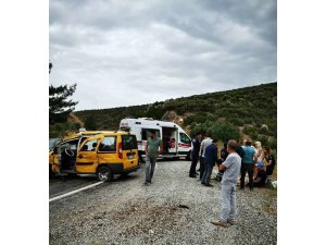 Hollandalı turistleri taşıyan taksiye tır çarptı: 3 yaralı
