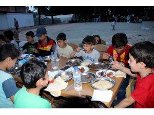 Suriyeli yetimlere ve ailelere iftar