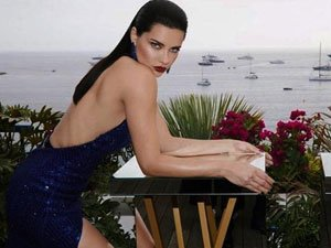 Adriana Lima elbiseye sığamadı, fazla kilolarıyla dikkat çekti