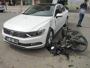 Lüks otomobile çarptı, motosikletini bırakıp kaçtı