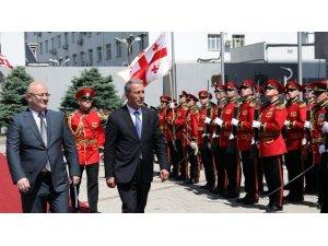 Bakan Akar, Gürcistan Savunma Bakanı Izoria ile bir araya geldi