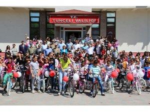 Tunceli'de 1 milyon 67 bin 55 sayfa kitap okuyan öğrenciler, ödüllendirildi