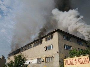 Uşak'ta fabrika yangını, 1 itfaiye eri düşerek yaralandı