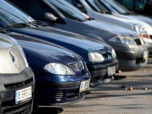Otomobil satışları yarı yarıya düştü