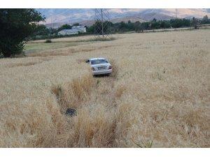 Kamyonla çarpışan otomobil tarlaya uçtu: 5 yaralı