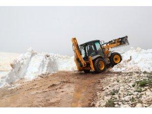 Mersin'de yaz ortasında karla mücadele çalışması