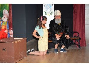 Efeler'de 'Masallar Diyarı' adlı oyun sahnelendi