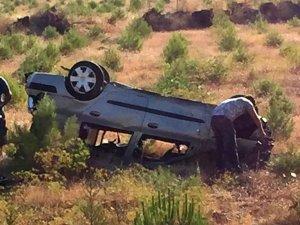 Bariyere çarpan otomobil tarlaya uçtu: 1 ölü, 4 yaralı