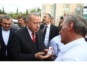 Cumhurbaşkanı Erdoğan, bir vatandaşın paketini alarak sigarayı bırakmasını istedi