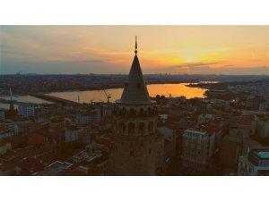 Kızıla bürünen gökyüzüyle Galata Kulesi