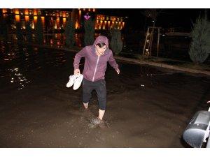 Erzurum'da şiddetli yağış sonrası yollar göle döndü