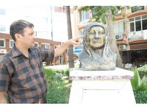 Tarsus'ta Zübeyde Hanım büstündeki gözlüğü çaldılar