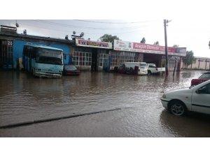 Kars'ta yağmur 10 dakikada işyerlerini sular altında bıraktı