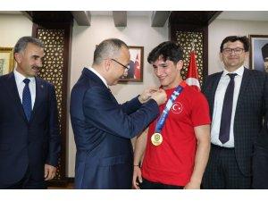 Siirt Valisi, Kayseri Şekersporlu Milli Güreşçileri Makamında Kabul Etti