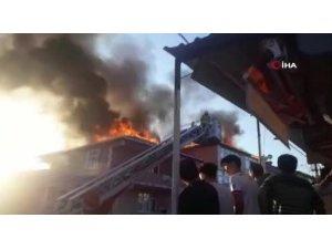 Sultanbeyli'de iki binanın çatısı alev alev yandı!