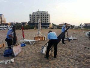 Ayvalık'ta askeri tatbikat sahasında kalan şemsiyeler kaldırılıyor