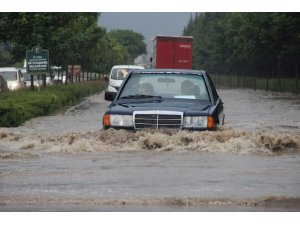 Eskişehir'de sağanak yağış sonucu yollar göle döndü