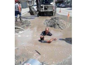 Su patlağını tamir etmeye çalışan belediye işçileri dalgıçlık yaptı